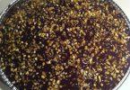 Bizcocho de cacao relleno de crema Chantilly y recubierto de chocolate con crocant de almendras