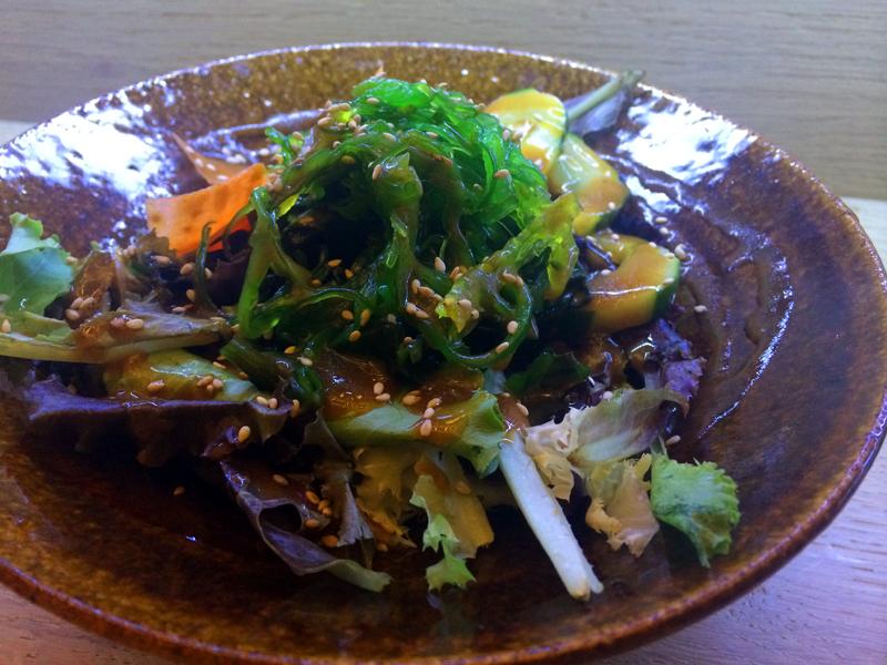 Una ensalada Kiku con algas y pepinillo